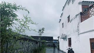 雨中漫步古村e乐彩苹果app官方下载,渔夫未曾改变!又见乾头...